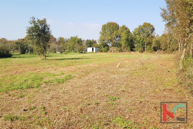 Building land 2400m2, 6.km from the city of Pula / possible parcelling 1200m2