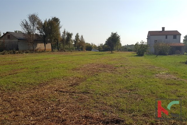 Building land 1200m2, 6.km from the city of Pula and a quiet location