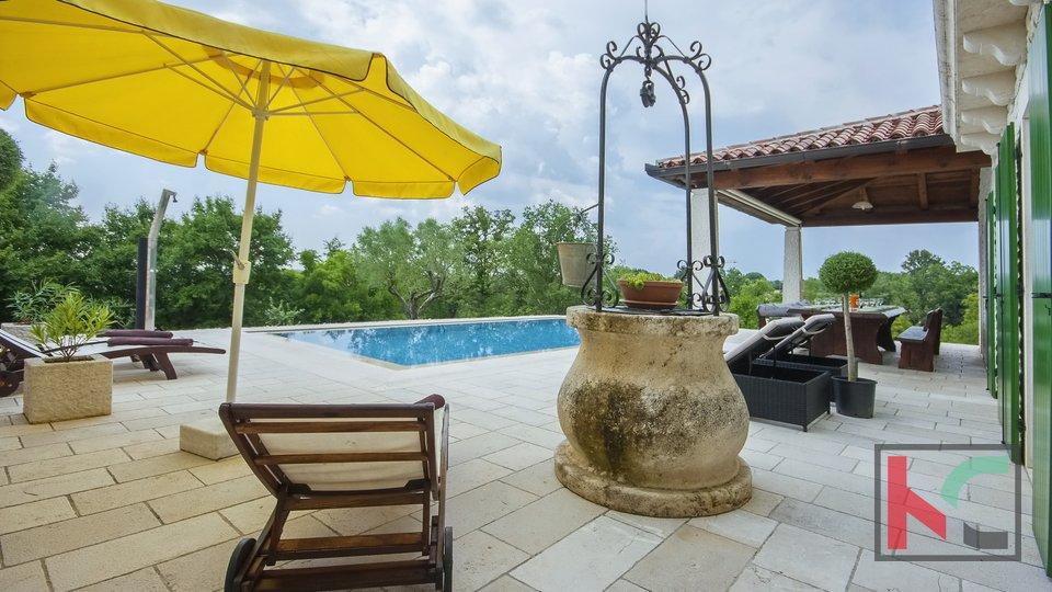 Una prestigiosa villa in pietra con una splendida vista e un giardino di 5400m2