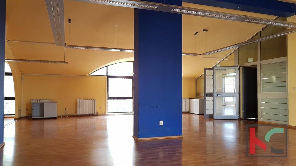 Geschäftsgebäude im Zentrum von Pula auf 3 Etagen