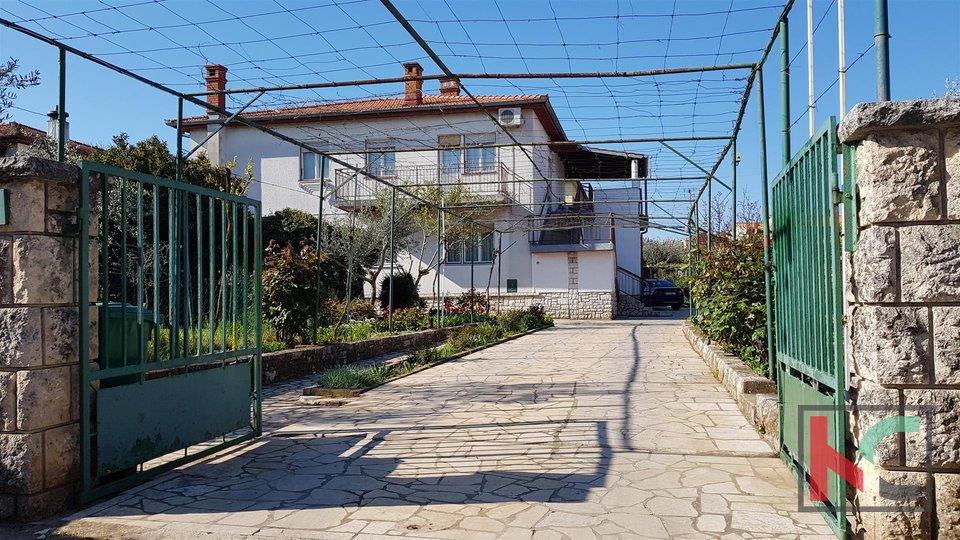 Pula, Einfamilienhaus in einem großen Garten von 1567m2 - Lage mit Potenzial