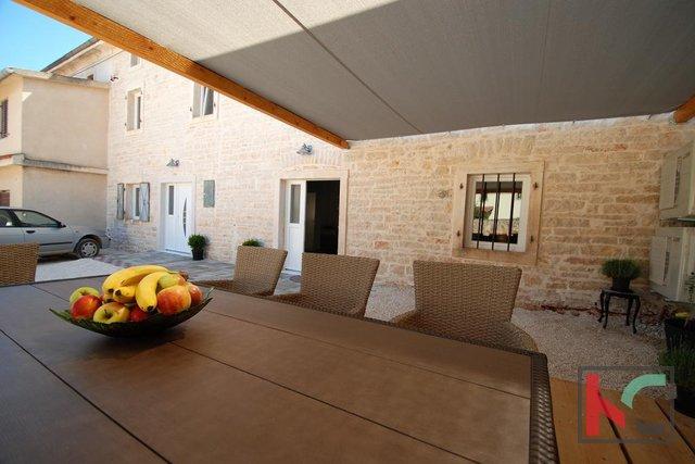 Rovinj, Rovinjsko selo renoviertes Steinhaus 200 m2 mit Scheune 50 m2 und Garten 300 m2