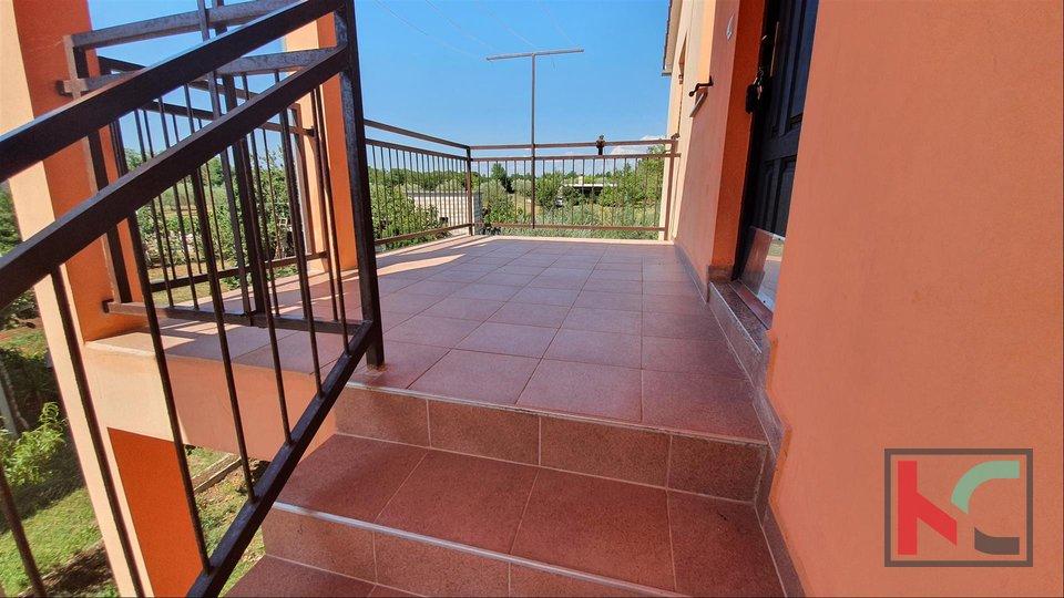 Loborika - casa con due appartamenti, un ampio giardino e una piscina 4x7m