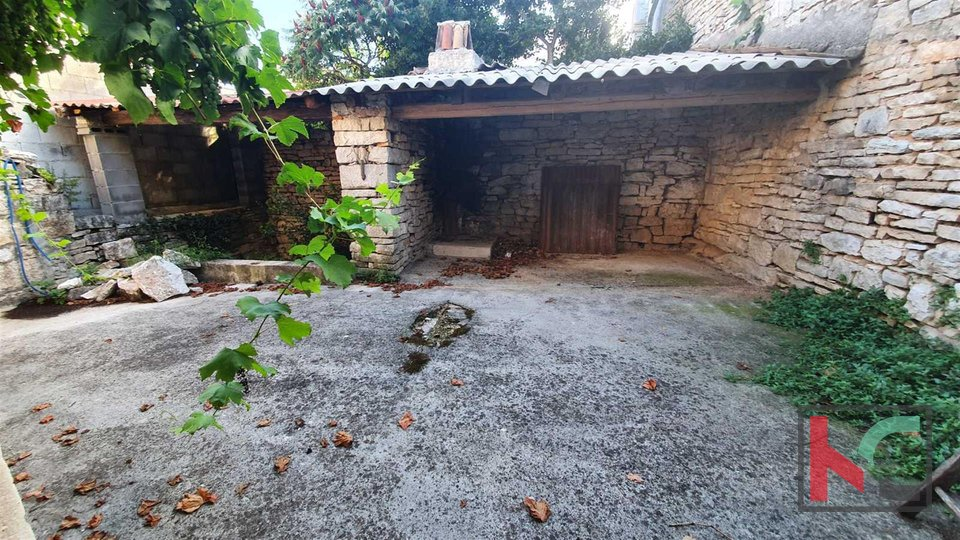 Istria, Bale two houses for renovation with a total area of 170m2