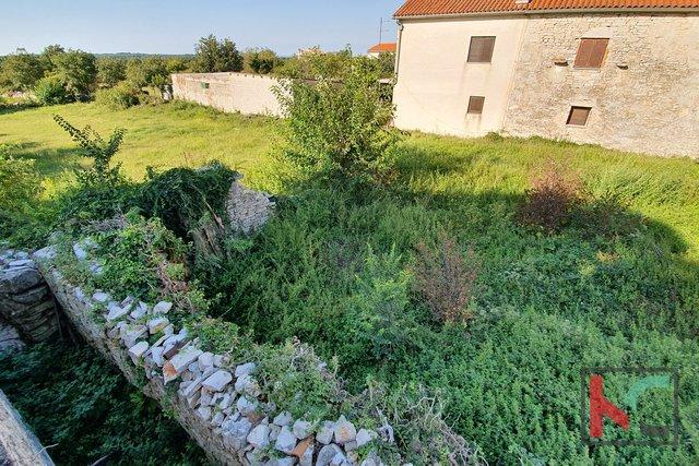 Istria - Jursici, attraente terreno edificabile di 1209m2 / progetto preliminare