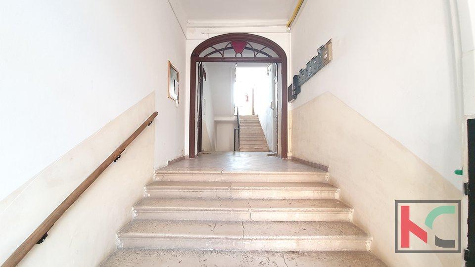 Pula, centar renovirani stan sa galerijom, kompletno namješten