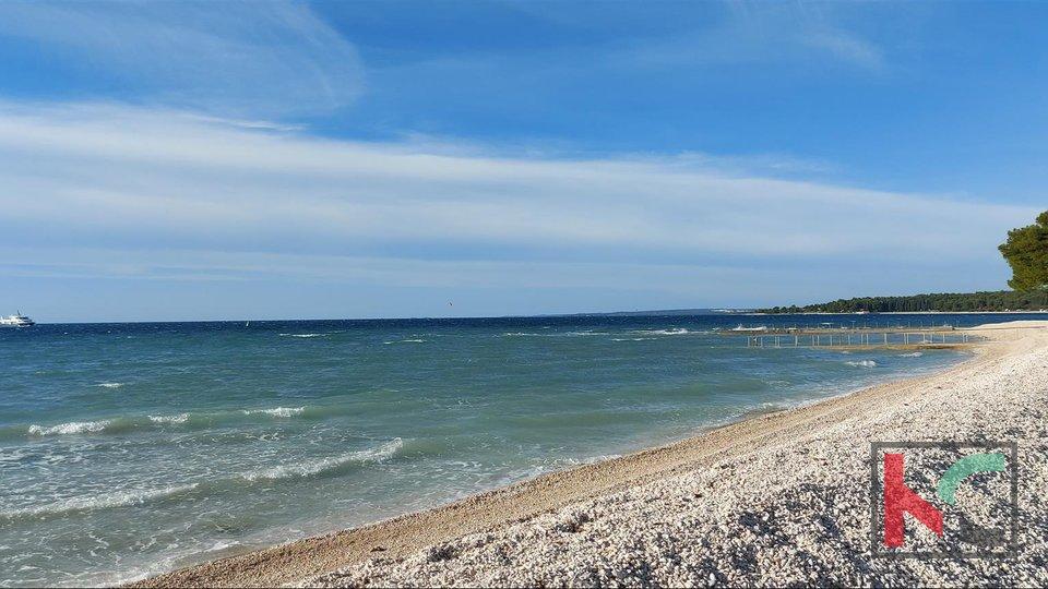 Istra, Fažana građevinsko zemljište 853m2 uz more sa plaćenim komunalijama za šest stanova