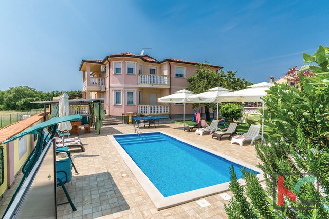 Pula, family house 330m2 with pool near the city