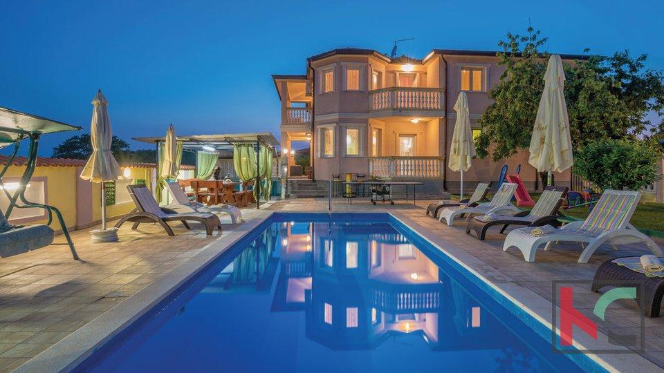 Pula, novouređena obiteljska kuća 330m2 sa bazenom nedaleko grada