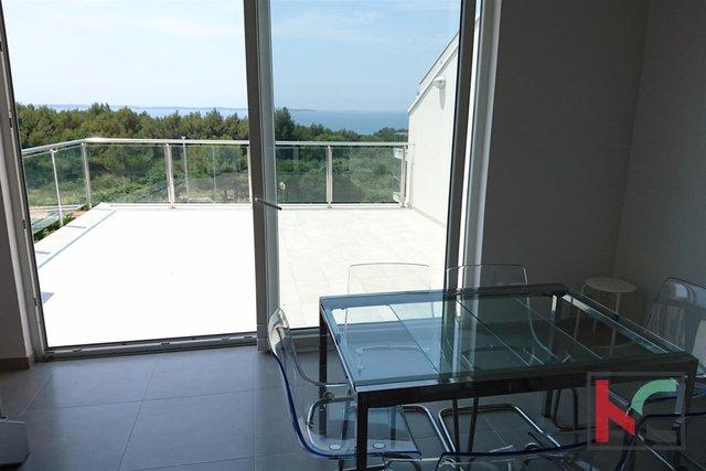 Istrien, Peroj attraktive Dachgeschosswohnung 114m2 mit Meerblick / furnished