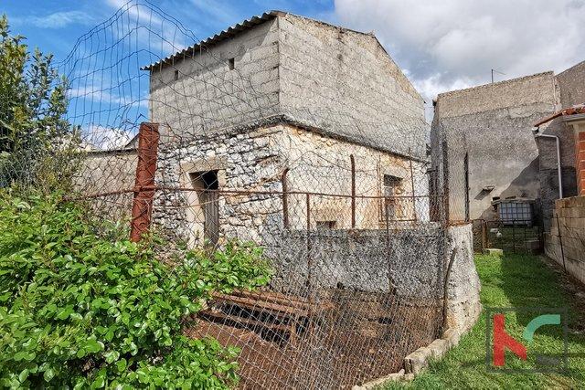 Istrien, Marcana, Grundstück 394m2 mit zwei Gebäuden