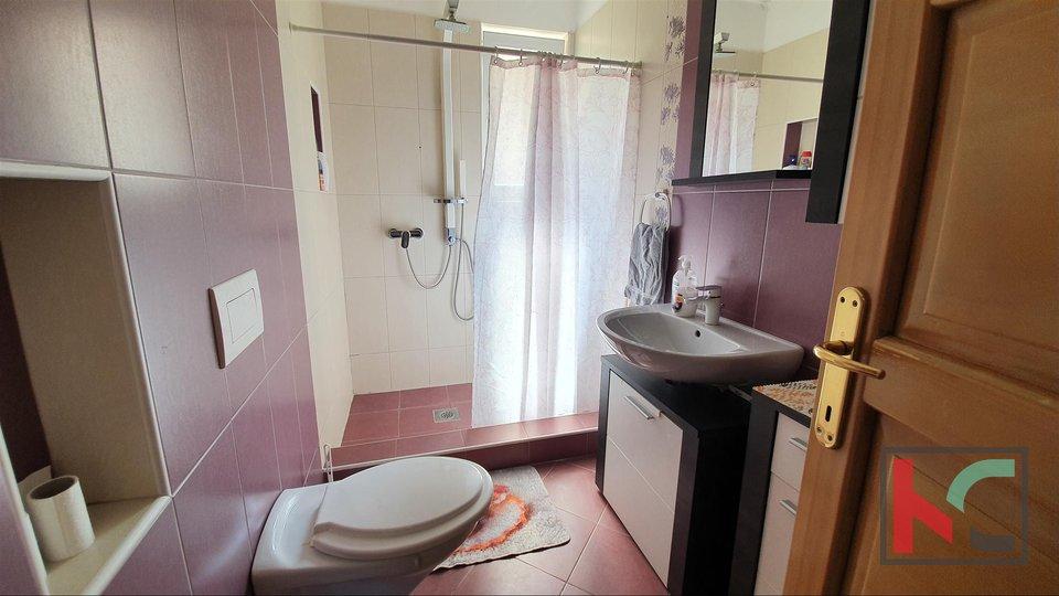 Istra,Marčana, Loborika prostrana samostojeća kuća sa tri stana okućnica 683m2
