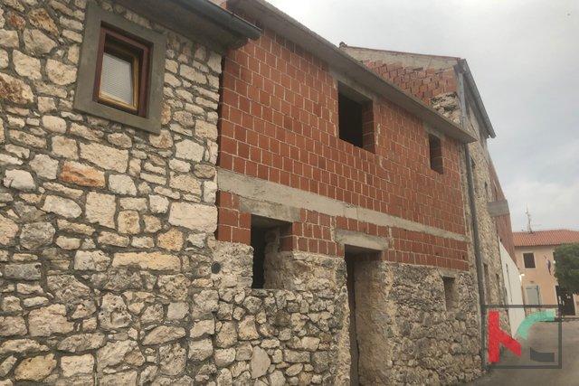Istria, Premantura casa incompiuta 204m2 con 45m2 di cortile e pietra kažun