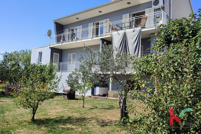 Istra, Pula, obiteljska kuća 419,26m2 sa tri stana i uređenom okućnicom
