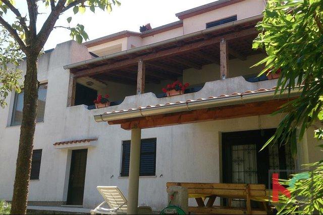 Pula, Pješćana uvala, samostojeća kuća s pogledom na more