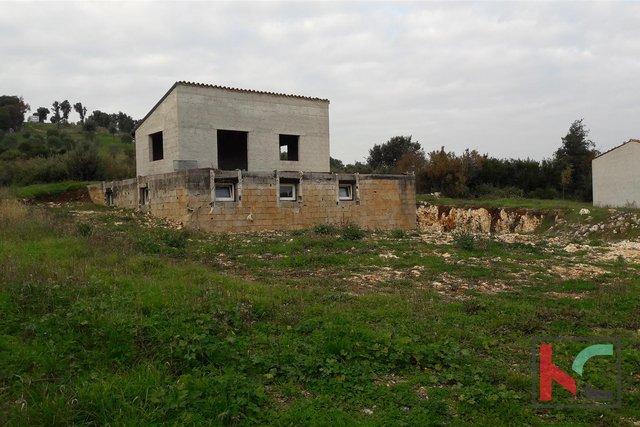 Rovinj, Ackerland 3305m2, mit drei legalisierten Häusern