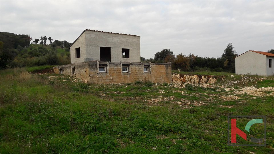 Rovinj, agricultural land 3305m2, with three legalized houses